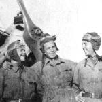Слева направо: курсанты Шариков, Мельников, Ларьков. Поворино, лето 1947 г.