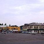Вид на центральную площадь, если смотреть от здания Администрации