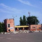 Левее здания железнодорожного вокзала - автовокзал