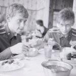 Аэродром Жердевка. Лето 1988 г. Летная столовая. Слева курсант Кузнецов Э. Г.