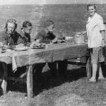 Стартовый завтрак на аэродроме Танциреи, 1953 г. Из фотоальбома Слюсарева Б. С.
