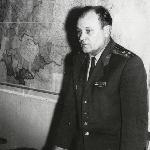 Начальник политотдела училища полковник Ткаль В. П. перед вручением партбилетов