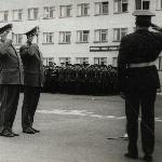 На вручение училищу Красного Знамени и ордена Ленина приехало высшее руководство ВВС СССР. Начальник училища докладывает Главкому ВВС. Борисоглебск, 1975 год.
