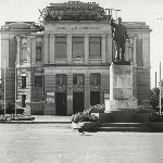 Драмтеатр им. Н. Г. Чернышевского в 1975 г. (из окна УЛО не видно). В то время достойно встречали 25-й съезд КПСС.