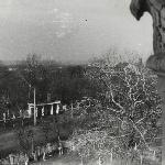 Вид из окна УЛО на ворота ДО. Весна 1975 г. От Админа: оставил фотографию в большом размере, чтобы можно было разглядеть детально территорию «за забором», которая нас всегда волновала. Особенно весной…