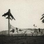 Всё начиналось здесь... От Админа: больше не встречал фотографий монумента, снятого с этого ракурса. А сейчас подобную уже не сделать: монумент закрыт деревьями, возраст которых в 2009 году - 36 лет…
