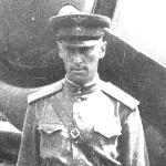 """Звездочек на погонах не разглядеть, но, по памяти, на обороте была печать и написано: капитан, командир эскадрильи. Значит это 1949 год. Единственное фото на фоне авиатехники. Возможно, связано с публикацией в газете """"Красная звезда"""""""