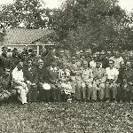 На фотографии курсанты Борисоглебского училища лётчиков, члены делегации из КНР с руководителями и работниками конезавода во время нашей экскурсии. Бутурлиновка, 1954 год