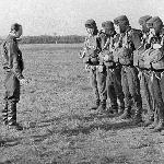 Начальник ПДС БВВАУЛ подполковник Л.А. Селяк проводит инструктаж перед прыжком. 1971 год, апрель