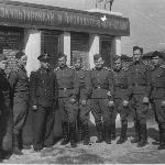 Начальник УЛО, Герой Советского Союза, подполковник Яницкий с курсантами училища, 1953 г.