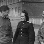 Курсанты с преподавательницей по иностранному языку рядом с УЛО, 1953 г.