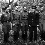Та  же группа. Слева  направо: Кожемякин Г., Тарасов Н.  Муратов А.Т.,   лётчик-инструктор  Караваев  В.А., Черкасов  А.,  Сельков  Б.В.