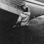 Аэродром Кабул, 1990 год.  Подготовка противоракетной системы: зарядка тепловых ловушек - патронов ЛТЦ (ложная тепловая цкль)