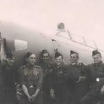 Слева направо: техник самолета (?), Пирожков В., Муратов А., Грачев А., Черкасов А., Сельков Б.  Родничек, 1957 год