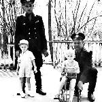 Ящерицын Ф.В. учит ездить на велосипеде сына Жильцова И.В. Серёжу