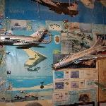 Моделей и фотографий самолётов так много, что они не только подвешены к потолку, развешены по стенам...