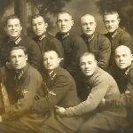 """Эту фотографию выложил в """"Одноклассниках"""" Марат Анисков (куплена им у коллекционера). На фотографии выпускники, предположительно 1931 года. Как сообщает хозяин фотографии, на ней могут быть: Бибиков В.Н., Осмаков, Щелкунов В.И."""
