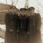Трое друзей у монумента Сталину в городском сквере Борисоглебска
