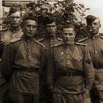 Марков Серафим Николаевич в центре, сержант