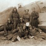 Группа лётчиков у самолёта
