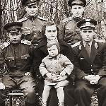 Лётчик-интруктор Пушков Сергей Федорович с супругой, дочерью и курсантами: Белоконный, Султанов, Барков.