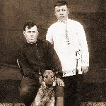 С мужем сестры его жены Есиковым и своей собакой по кличке Рекс, Жердевка, конец 1930-х
