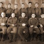 Общая фотография с преподавателем, который сидит в середине. Фамилия преподавателя – Цивлин, это преподаватель вооружения.