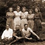 Конец сороковых годов. На фото семьи Архангельских, Никитиных, Костериных (возможно, Костерин – лётчик-инструктор из полка Верейна Борисоглебского авиаучилища, в 1950-м -  старший лейтенант)