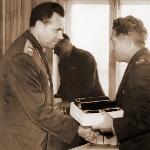 Главнокомандующий ВВС СССР Главный маршал авиации Кутахов П.С, вручает ценный подарок Ухоботину П.И.