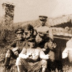 1947 год. С друзьями-сослуживцами на фоне землянки на лагерном аэродроме