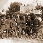 1940-1941 гг. Курсанты Боорисоглебской ВШЛ на фоне Дома офицеров. Ухоботин П.И. по центру